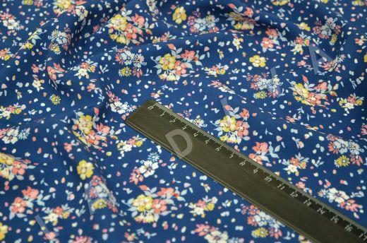 штапель вискоза с цветочным принтом на синем фоне рис-4