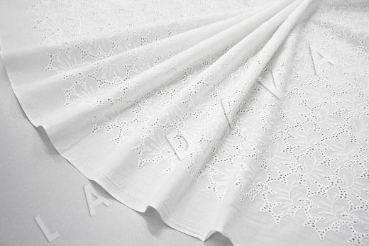 Шитье белого цвета с цветочной вышивкой
