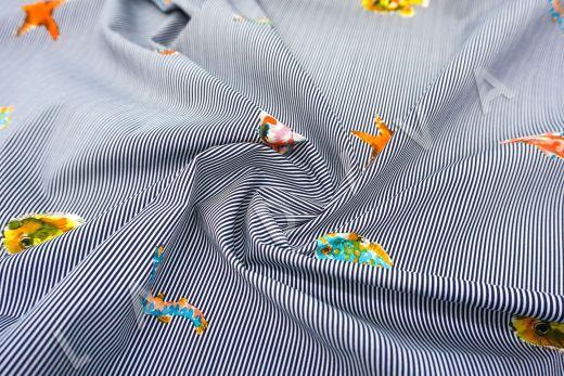 """дизайнерский сорочечный хлопок """"Рыбы"""" на сине-белом фоне в полоску рис-2"""