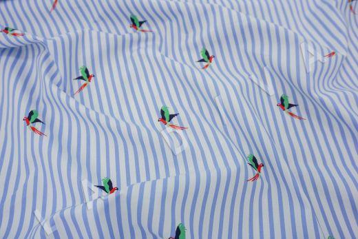 """дизайнерский сорочечный хлопок """"Попугаи"""" на бело-голубом фоне"""