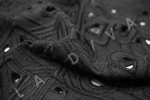 Шитье черного цвета с геометрической вышивкой