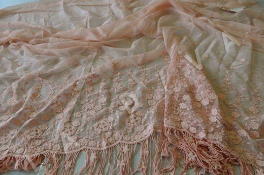 Оригинальная вышивка на шелковом креш-шифоне персикового цвета рис-2