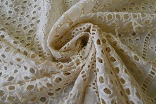 Шитье кремового цвета на шелковом батисте