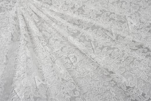 вышивка на сетке с цветочным орнаментом белого цвета
