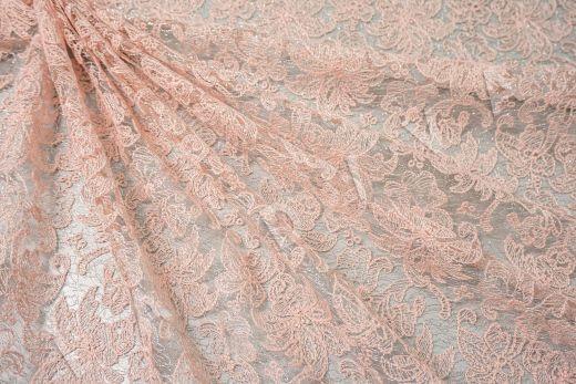 вышивка на сетке с цветочным орнаментом розового цвета