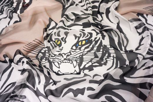 шелковый шифон «Тигры» по мотивам Valentino на бежевом фоне