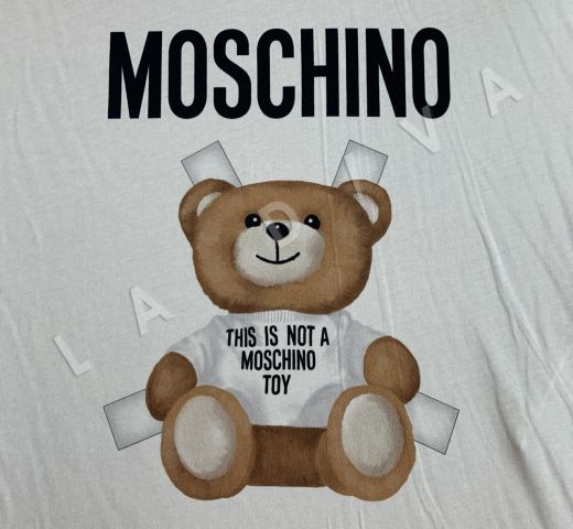трикотажное полотно Moschino на белом фоне