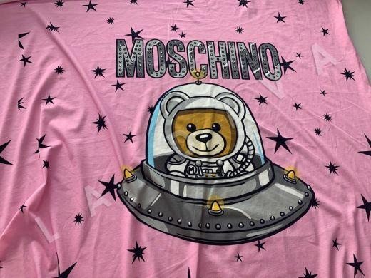 трикотажное полотно Moschino на розовом фоне