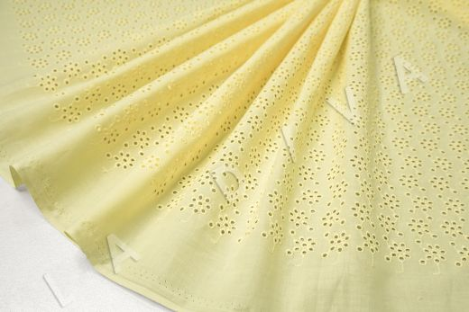 Шитье желтого цвета с цветочной вышивкой