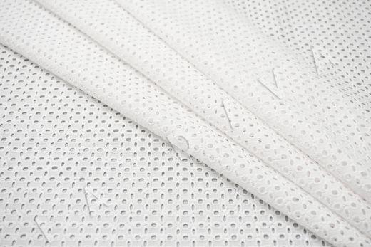 Шитье белого цвета с геометрической вышивкой